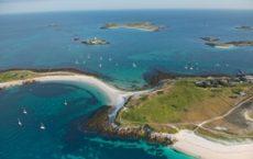 L'archipel des Glénan vu du ciel. formule évasion avec escale sur l'île Saint Nicolas et l'île Bananec