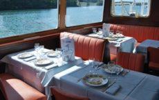 La salle du bateau restaurant des Vedettes de l'Odet pour la croisière gourmande au fil de l'Odet