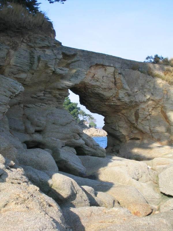 La roche percée à Beg-Meil, fouesnant port de départ pour la baie de Concarneau