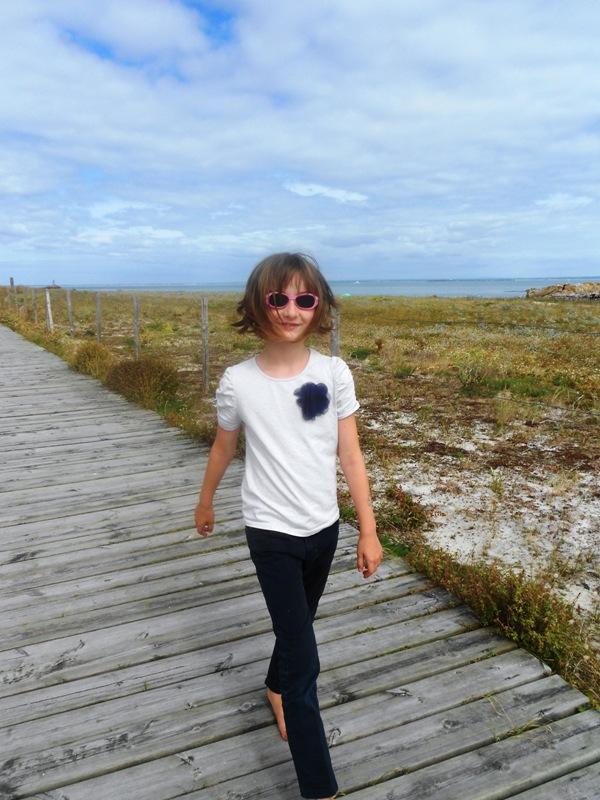 jeune fille balade pedestre ile saint nicolas sentier cotier