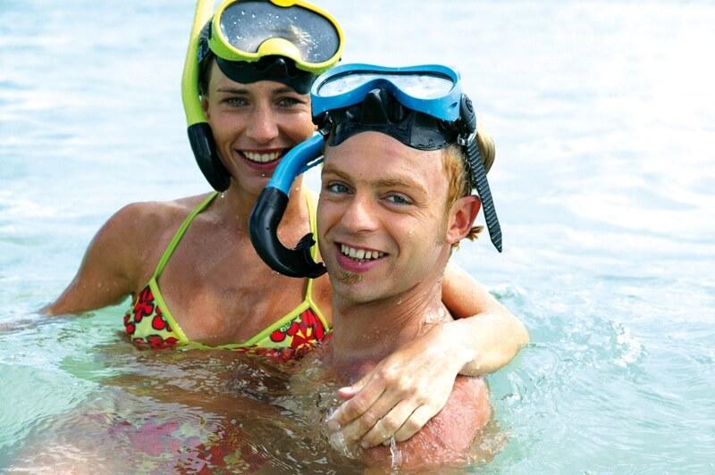 couple baignade iles glenan masque tuba snorkeling