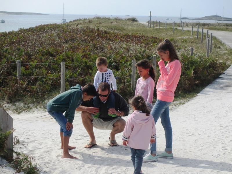 famille balade ile saint nicolas enfant papa decouverte pied curieux