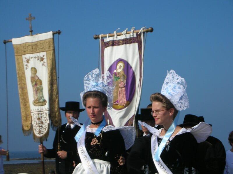 pardon iles glenan dimanche septembre procession bannieres costumes traditionnel coiffes