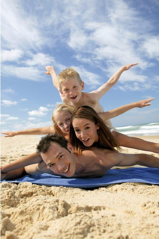 famille plage pyramide humaine ile saint nicolas glenan sourire