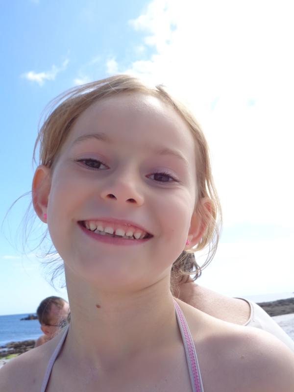 jeune fille sourire plage ile saint nicolas archipel glenan bonheur bretagne