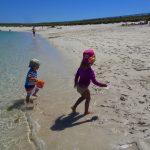 enfants jeux plage mer ile saint nicolas archipel glenan ciel bleu