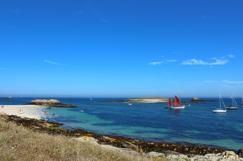 plage ile saint nicolas glenan archipel voilier traditionnel mouillage plage sable blanc eau turquoise