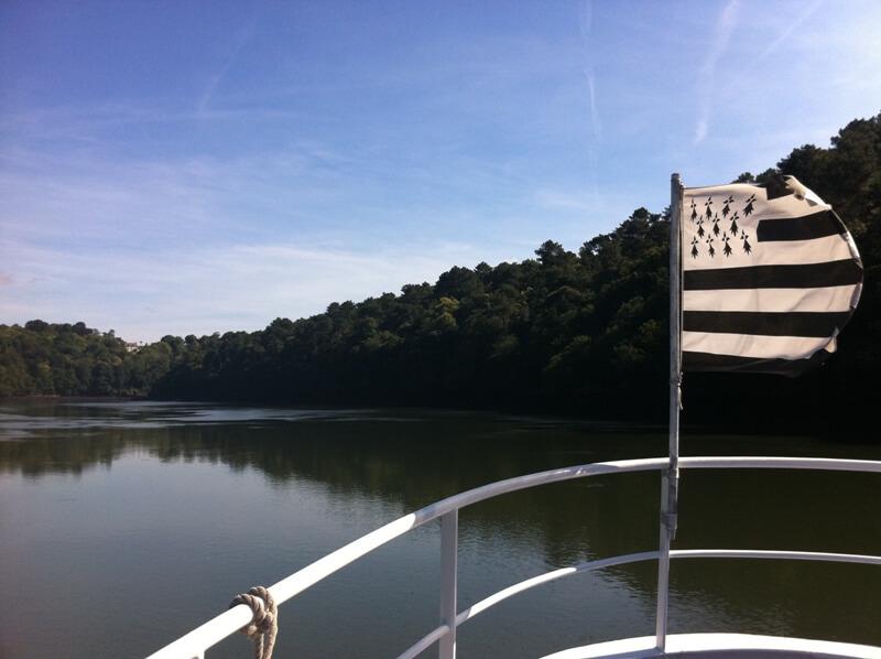 riviere odet croisiere commentee proue vedette pavillon breton